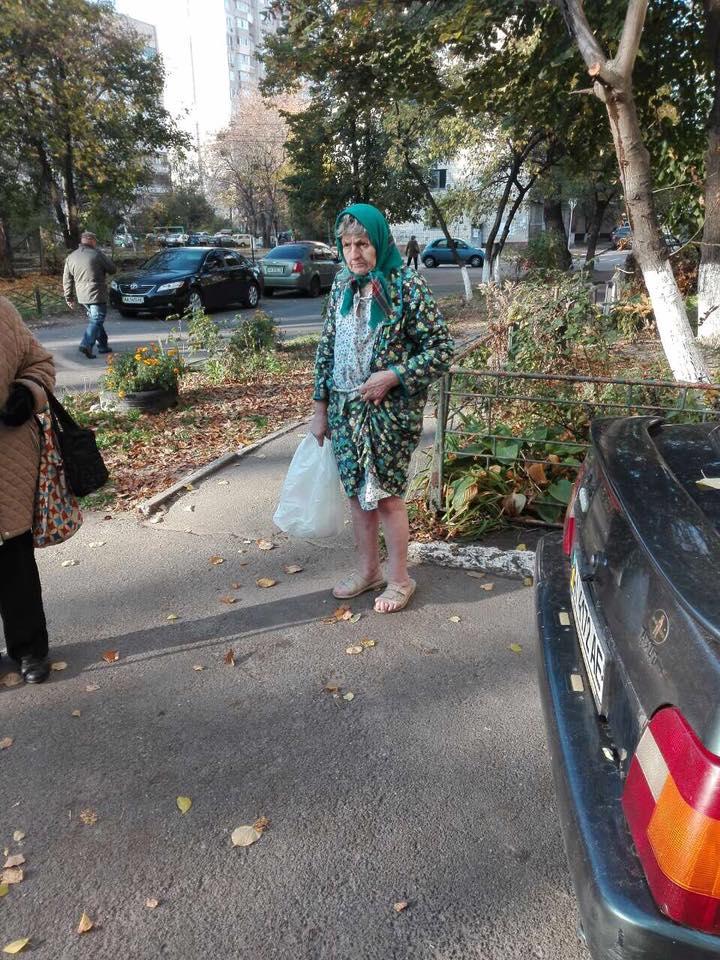 На улицах Киева около нуля, а на ногах бабушки лишь легкие тапочки