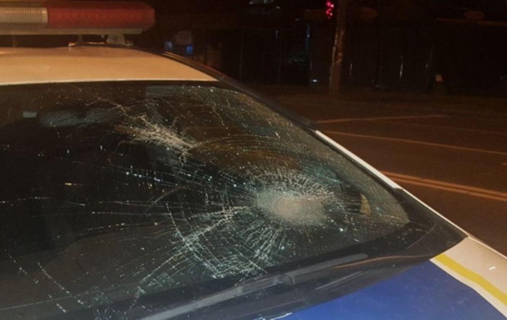 От сильного удара треснуло лобовое стекло патрульной машины