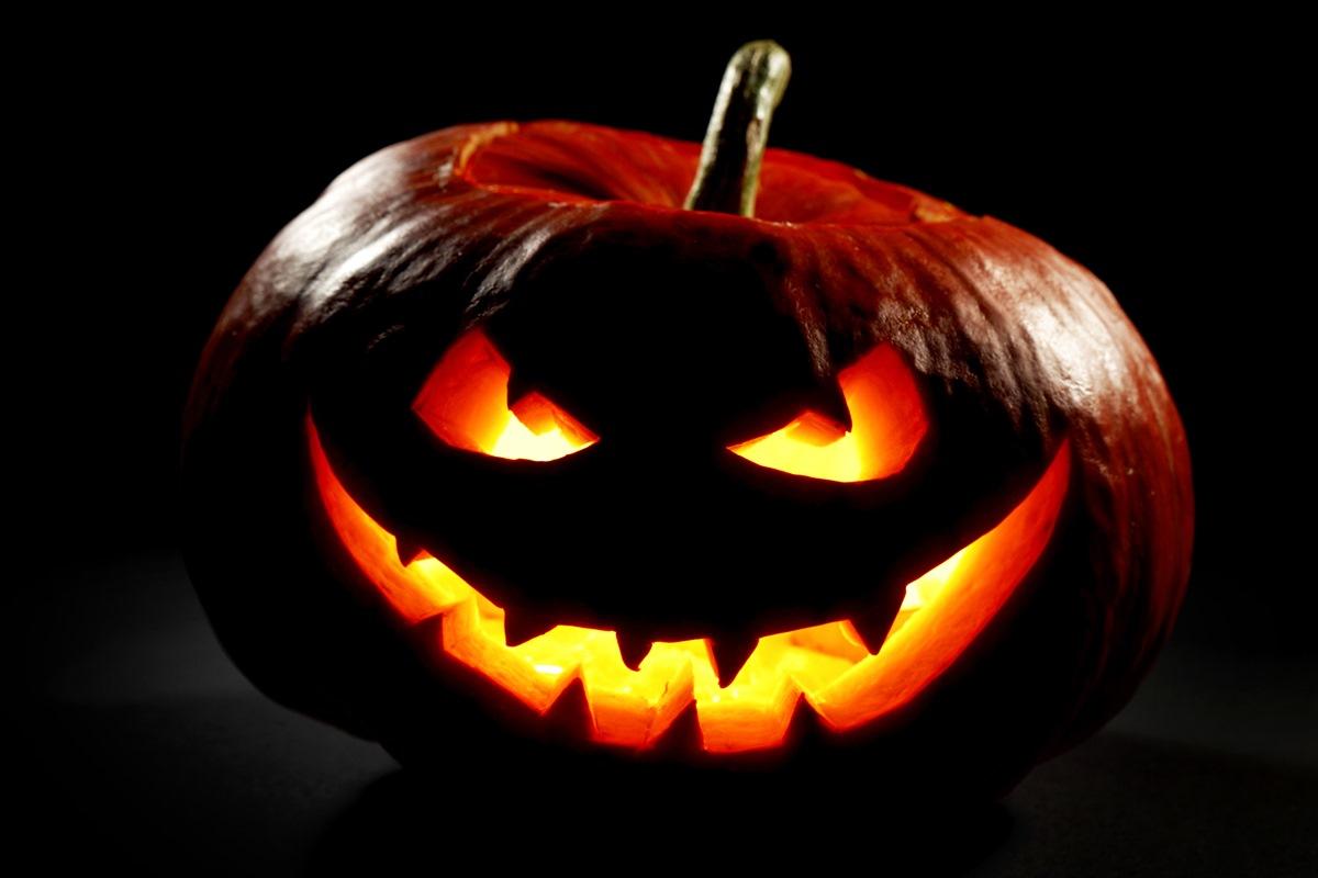 Стандартный атрибут Хэллоуина - тыква со зловещей улыбкой
