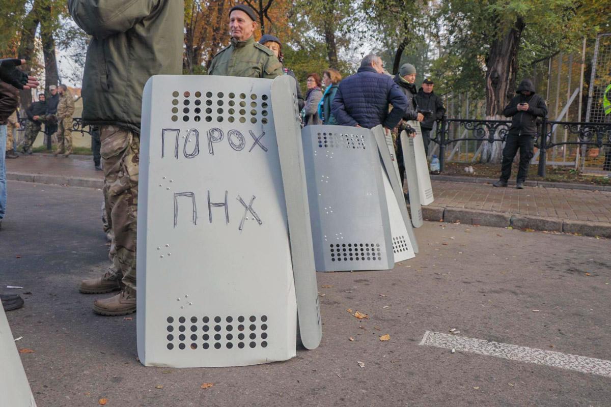 Митингующие вчера забрали щиты у Нацгвардии