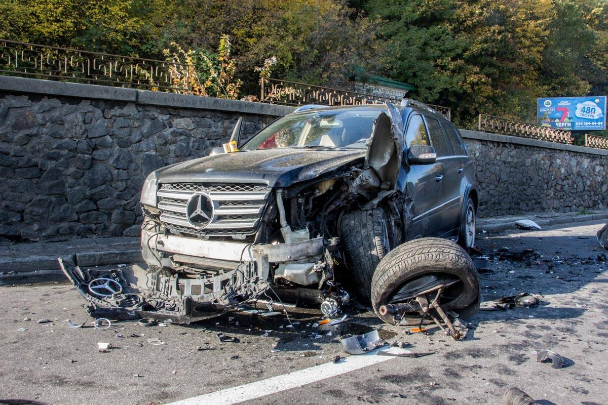 Mercedes GL 550, пострадавший в ДТП