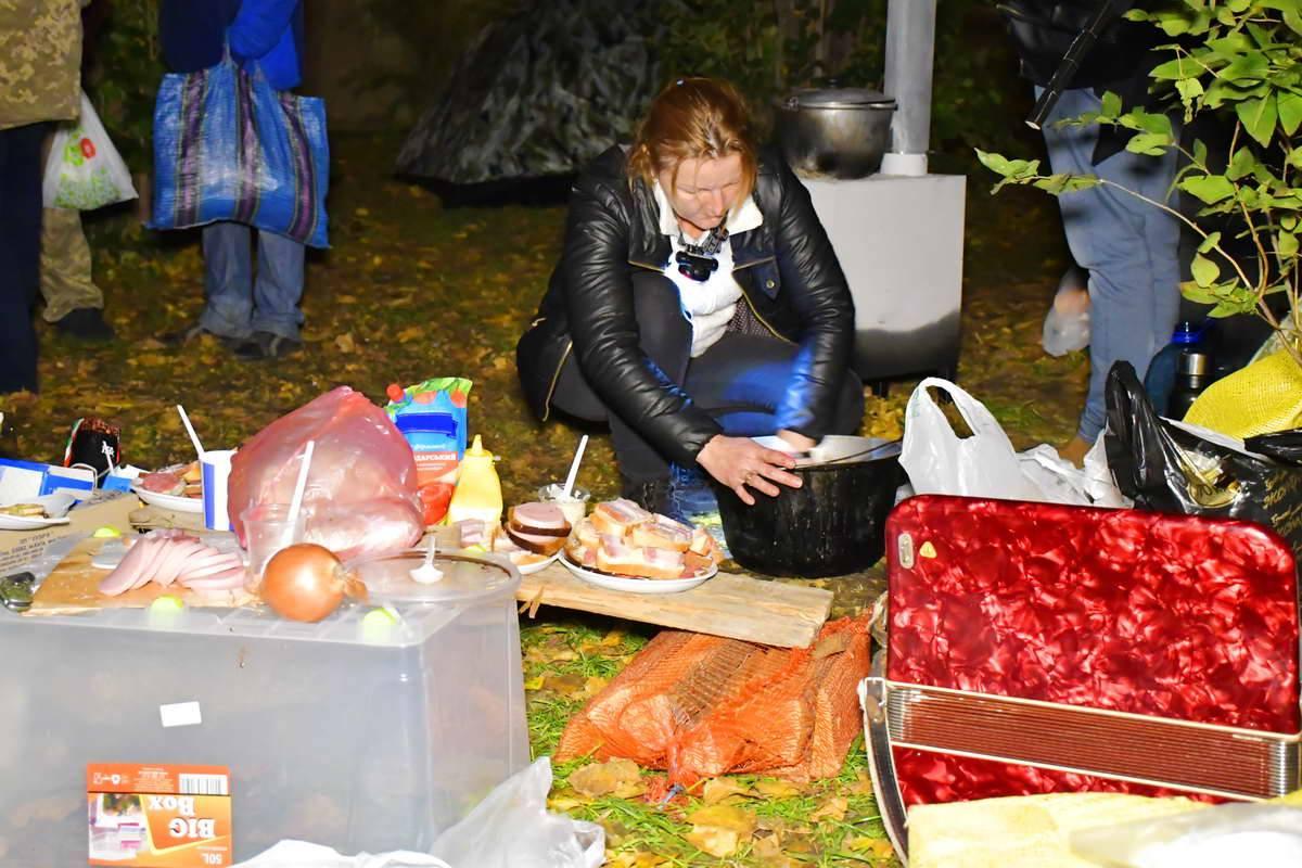 Вечером митингующие перекусывают бутербродами