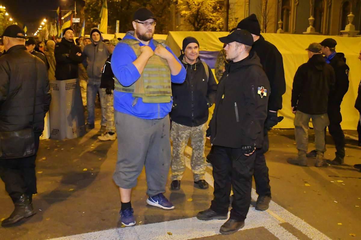 Некоторые активисты надели бронежилеты