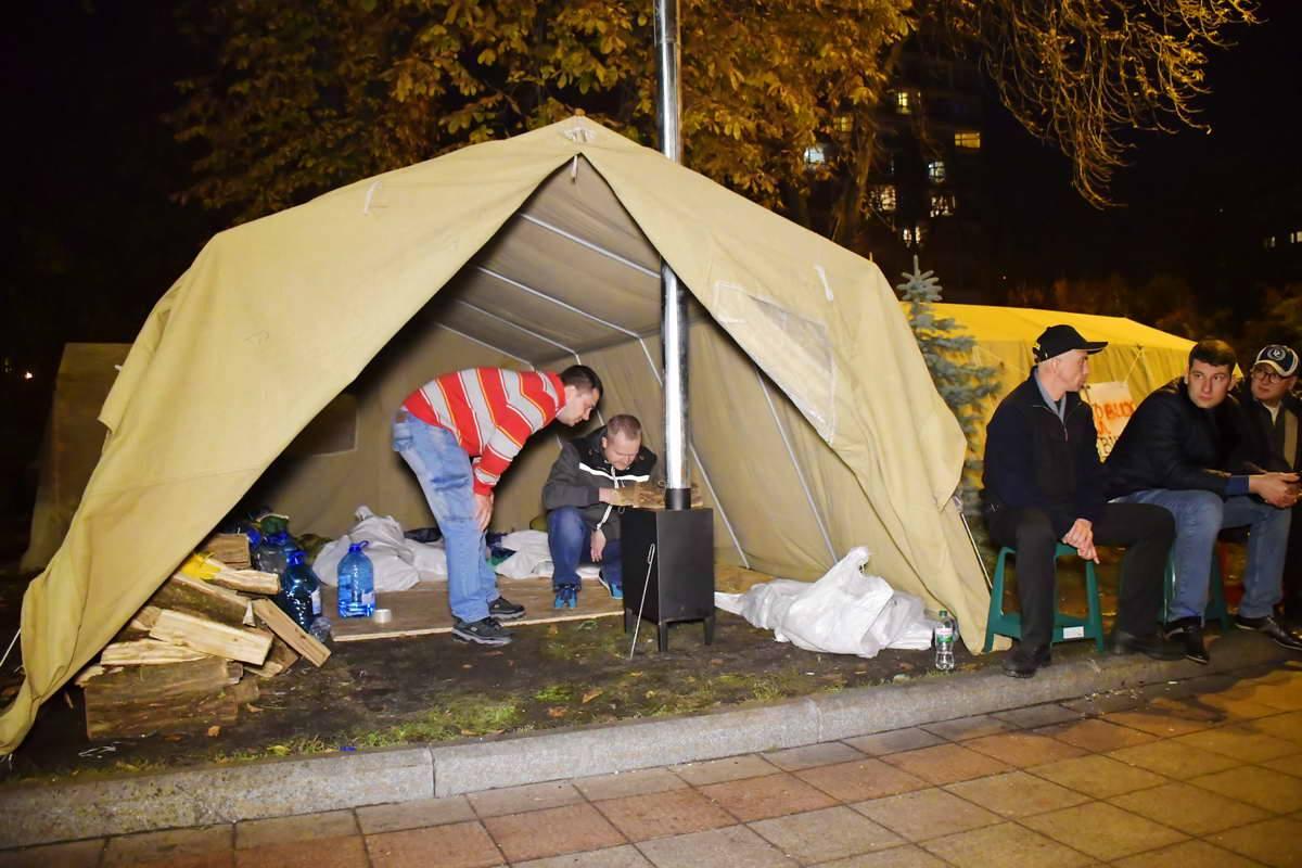 В палатках топят буржуйками