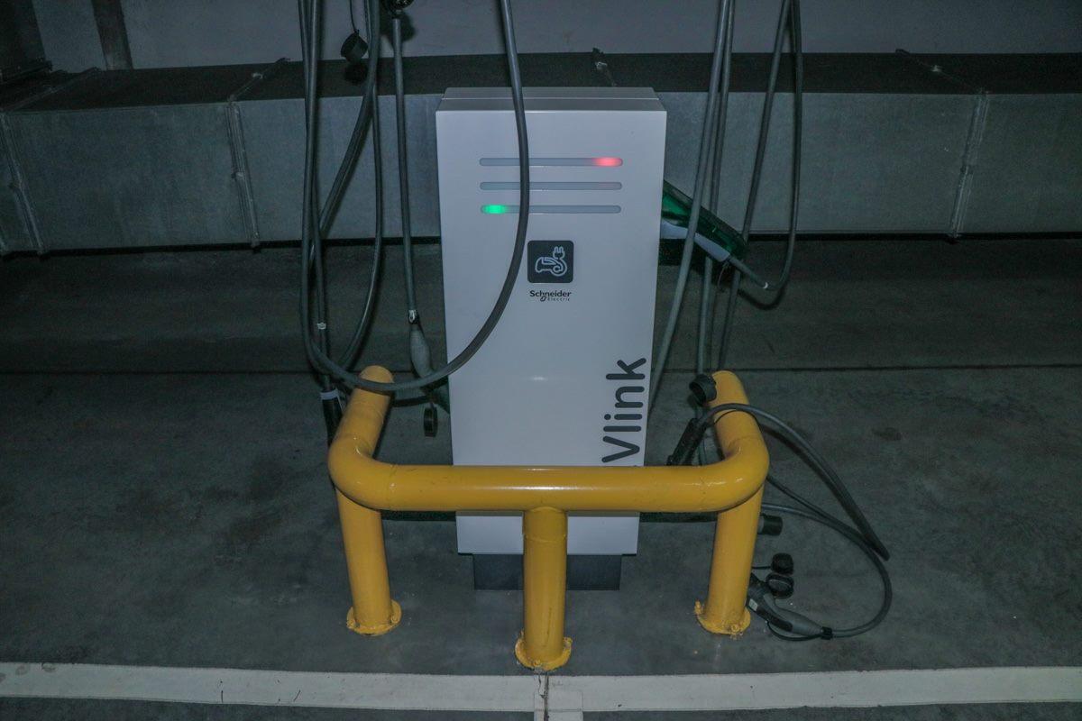 Зарядная станция в подземном паркинге ТРЦ Gulliver.