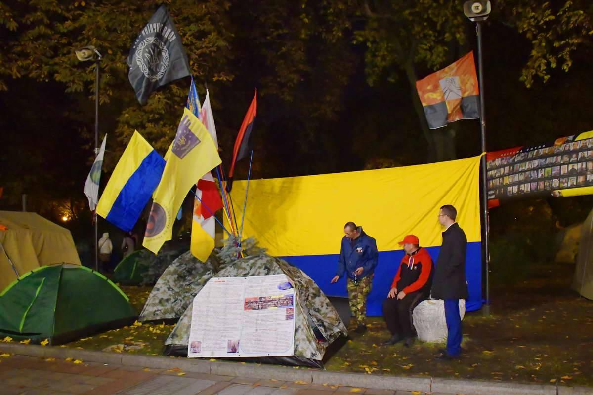"""Палатки """"украшают"""" национальными флагами"""
