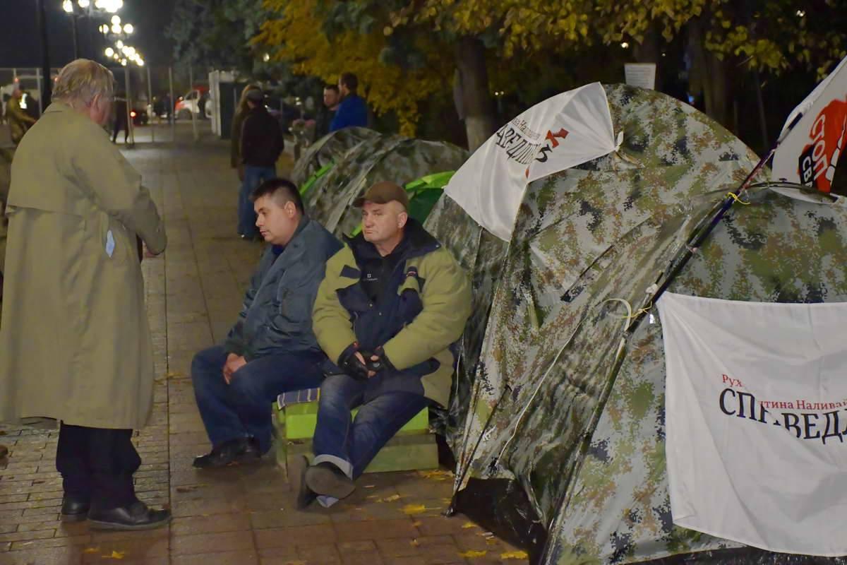 Митингующие не спят до глубокой ночи