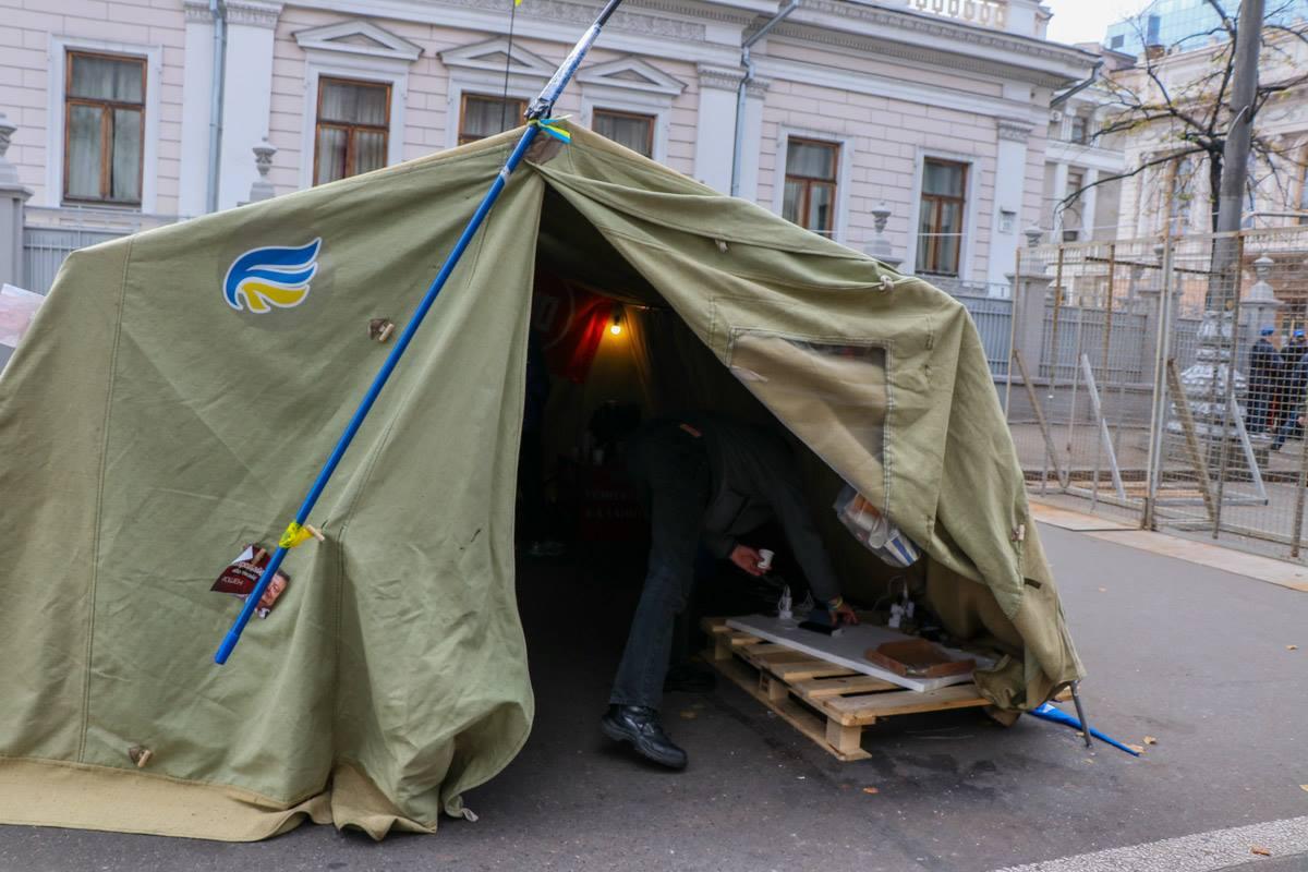 В одной из палаток можно зарядить мобильный телефон