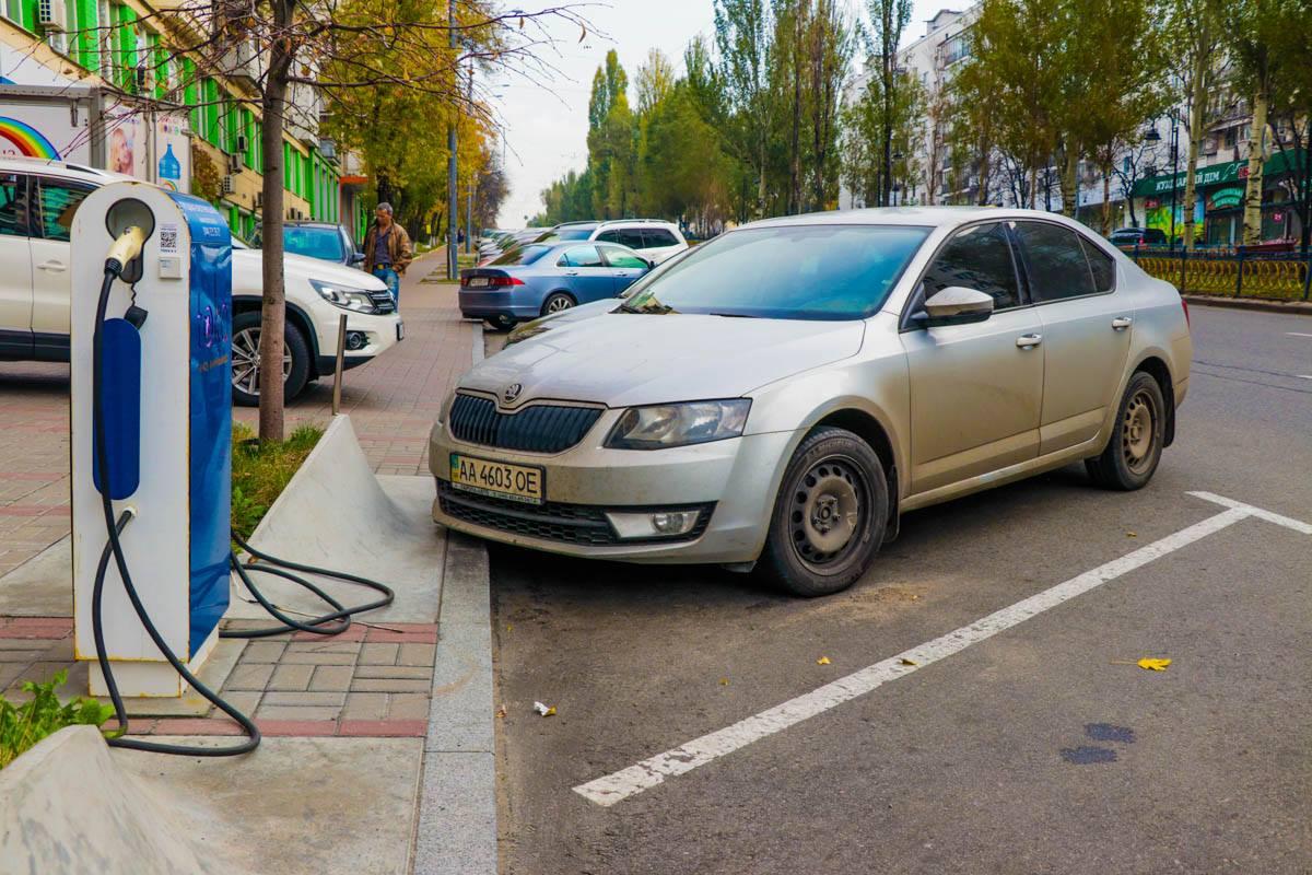 Заправка для электрокара на бульваре Леси Украинки, 9