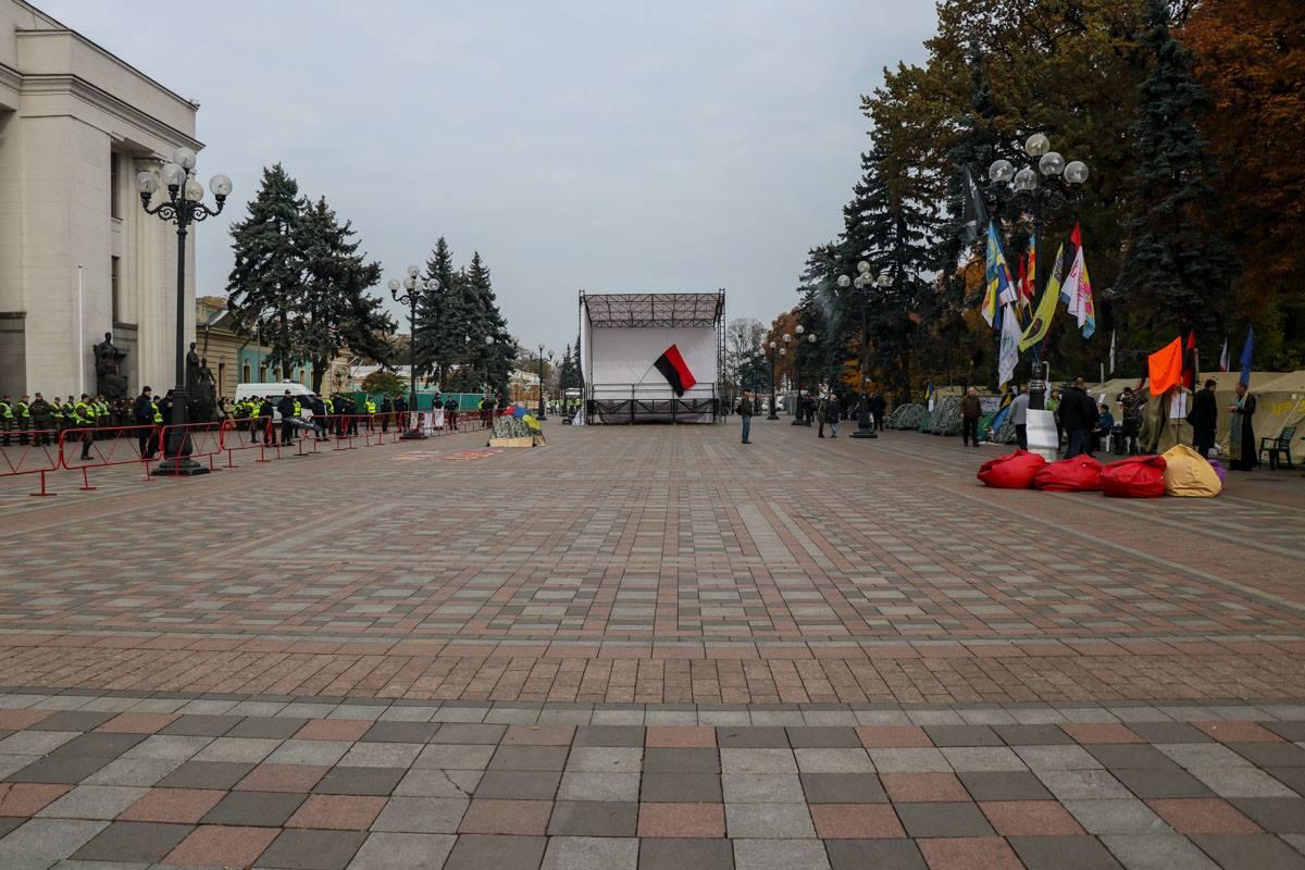 На площади перед Радой тихо