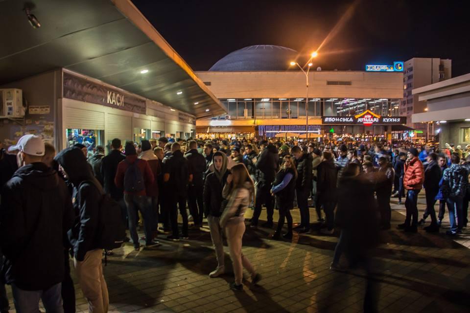 Зрители собираются у входа на стадион