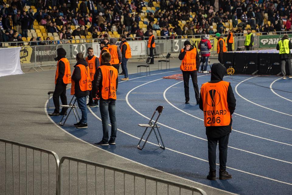 Стюарды наблюдают за порядком на стадионе