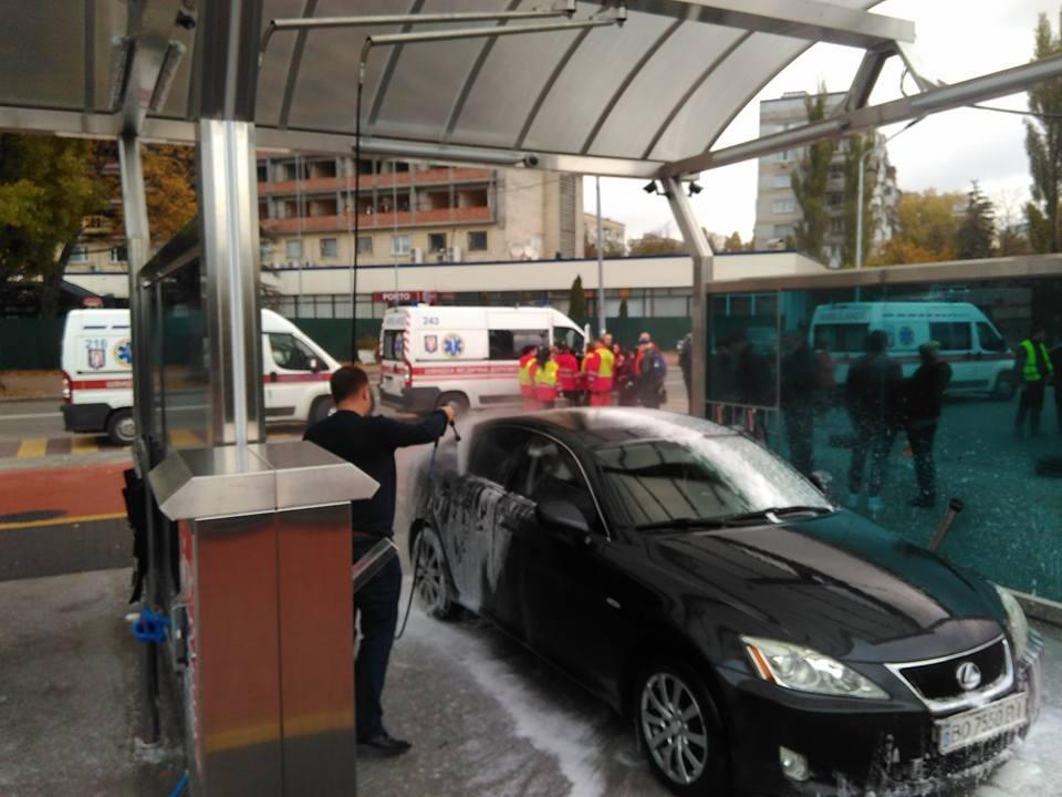 Во время оказания медицинской помощи пострадавшим, автомойка продолжала работать