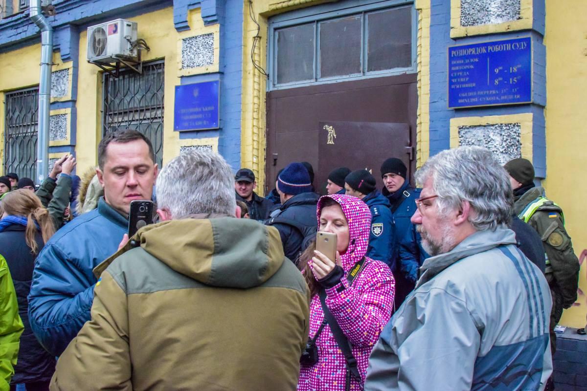 Люди перед входом в суд