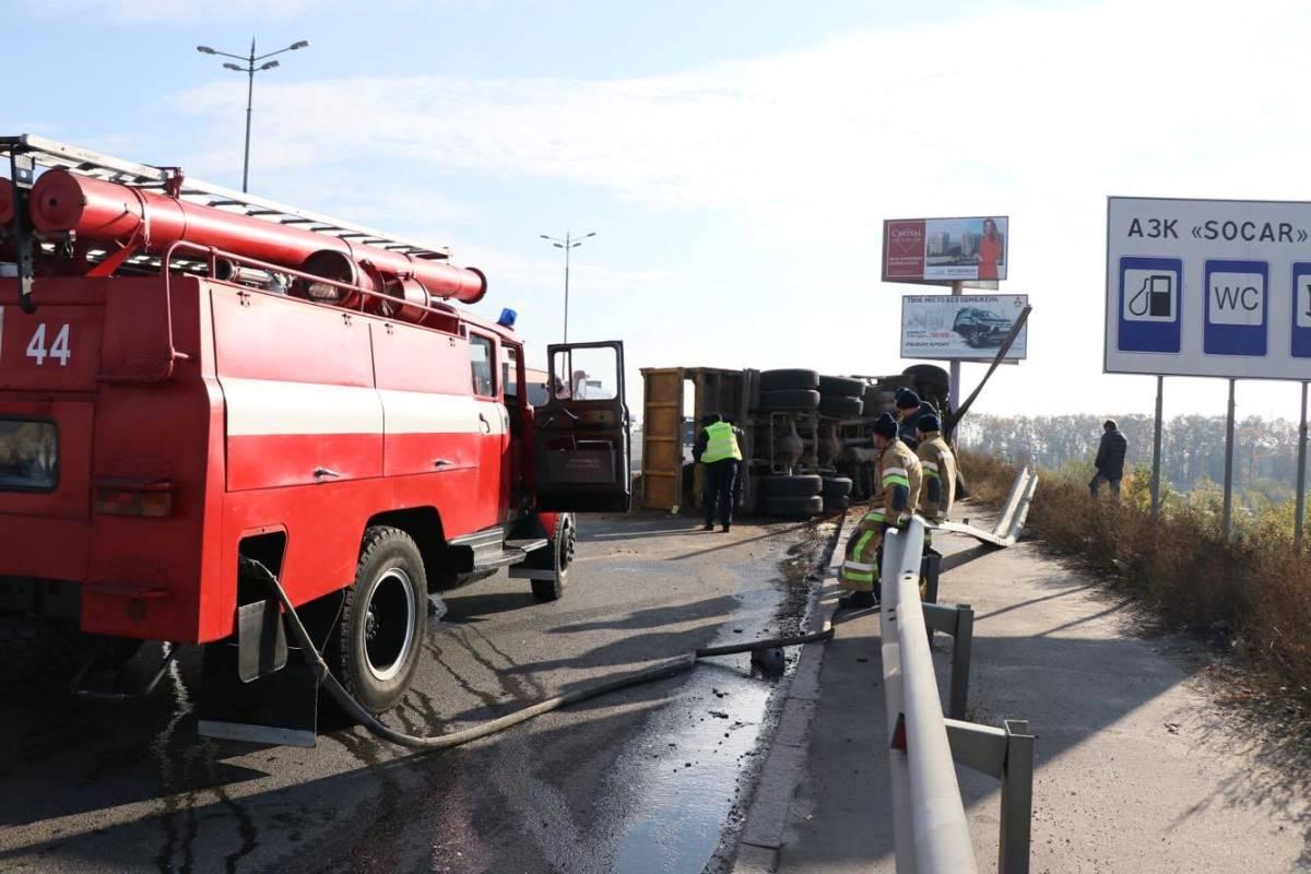 К месту аварии приехали спасатели на пожарной машине. Но работать им, к счастью, толком не пришлось