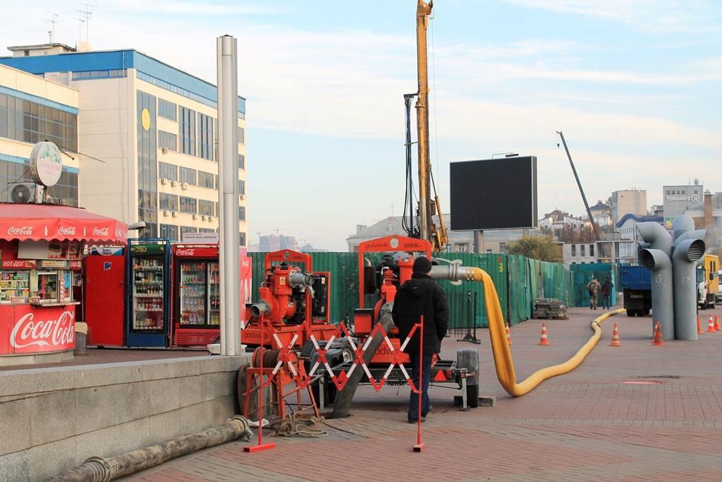 """Сотрудники """"Киевводоканала"""" включили перекачку."""