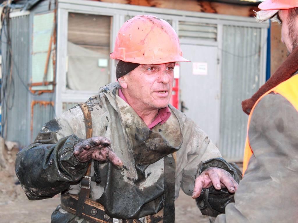 """Сотрудники """"Киевводоканала"""" 4 дня выковыривали бетон из коллектора."""