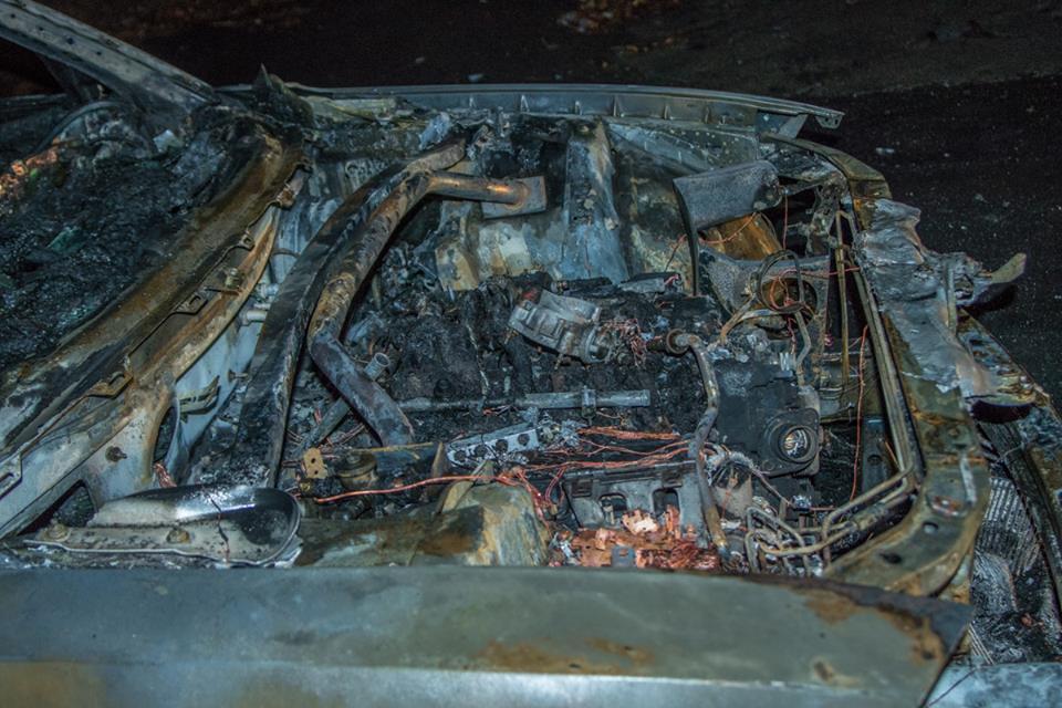 Капот сгоревшего авто