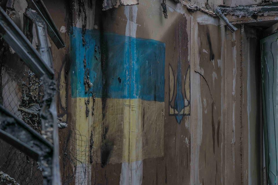 Символы Украины на стенах сгоревшего дома