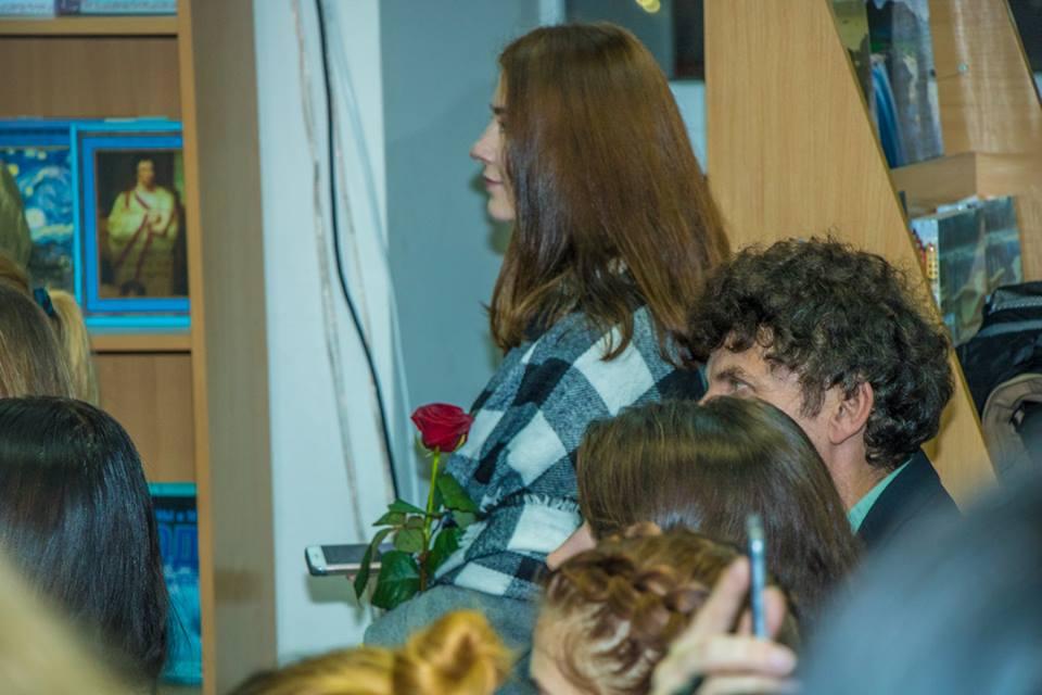 Девушка с розой для Сафарли