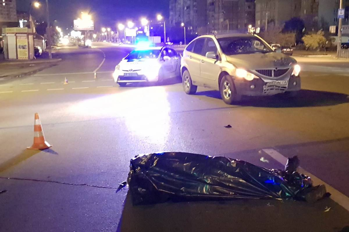 ДТП вКиеве: автомобиль под колесами протащил пешехода 40 метров