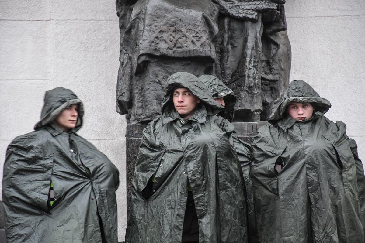 Несмотря на дождь, нацгвардейцы по-прежнему охраняют здание Верховной Рады