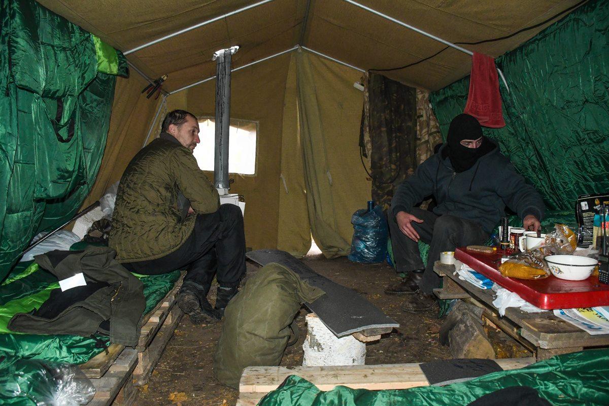 От холода люди спасаются в палатках