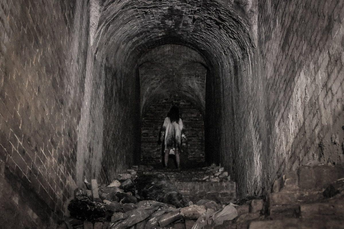 """Самара из фильма ужасов """"Звонок"""" теперь пугает сбившихся с дороги путников в Зеленом театре"""
