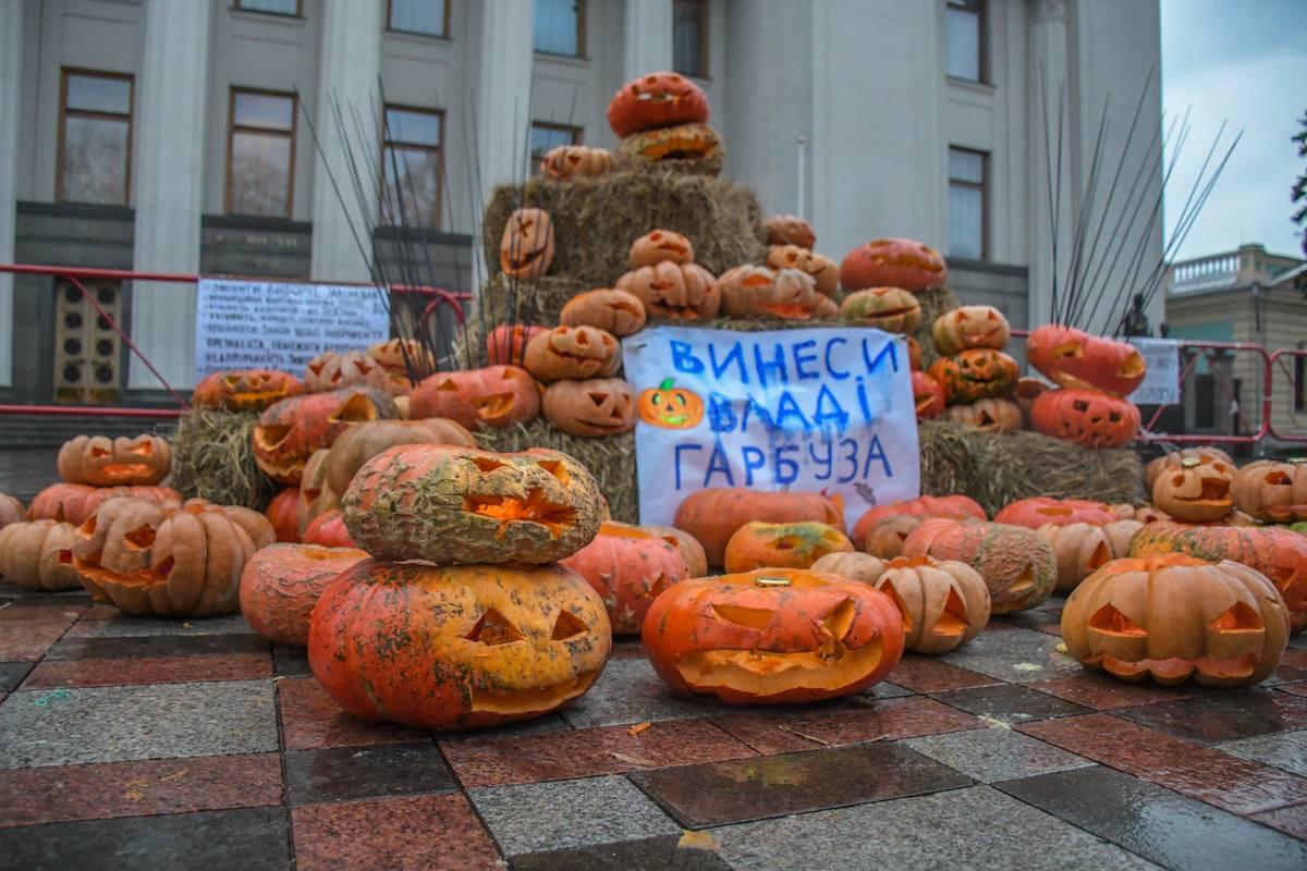 Саакашвили призвал всех желающих приносить к зданию Рады свои тыквы