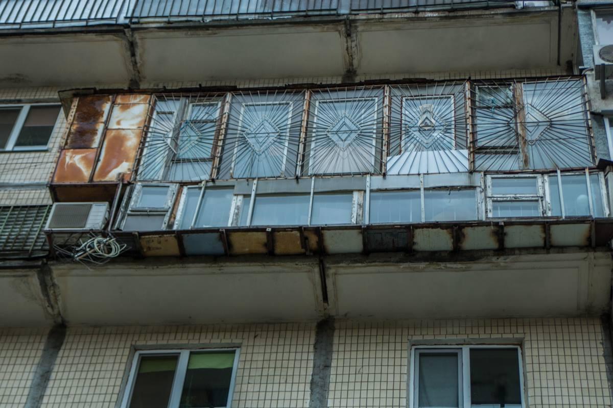 Причины по которой мужчина решил прыгнуть именно с 9 этажа проста - в его квартиры все окна заставлены решеткой