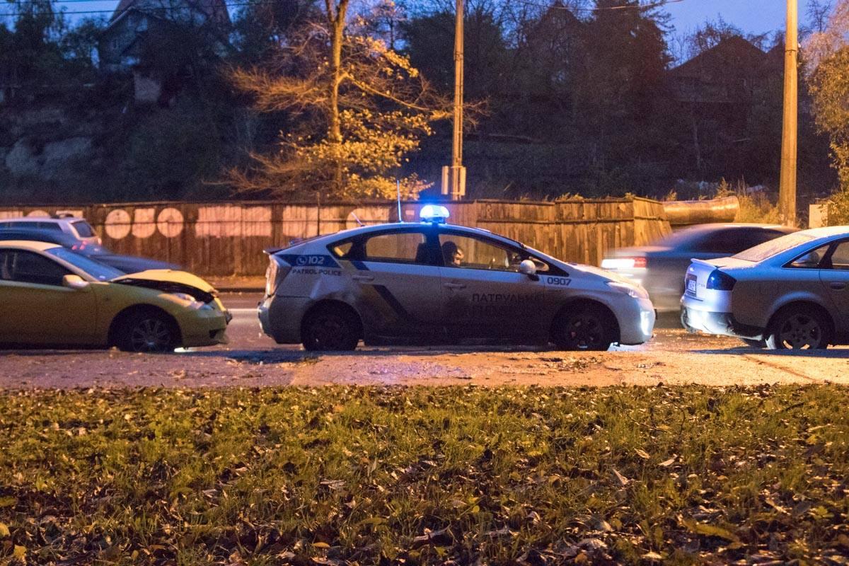 ВКиеве авто наиностранных номерах протаранило полицию