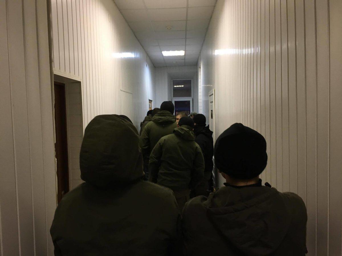В здании суда люди в камуфляже ждут приезда сына главы МВД