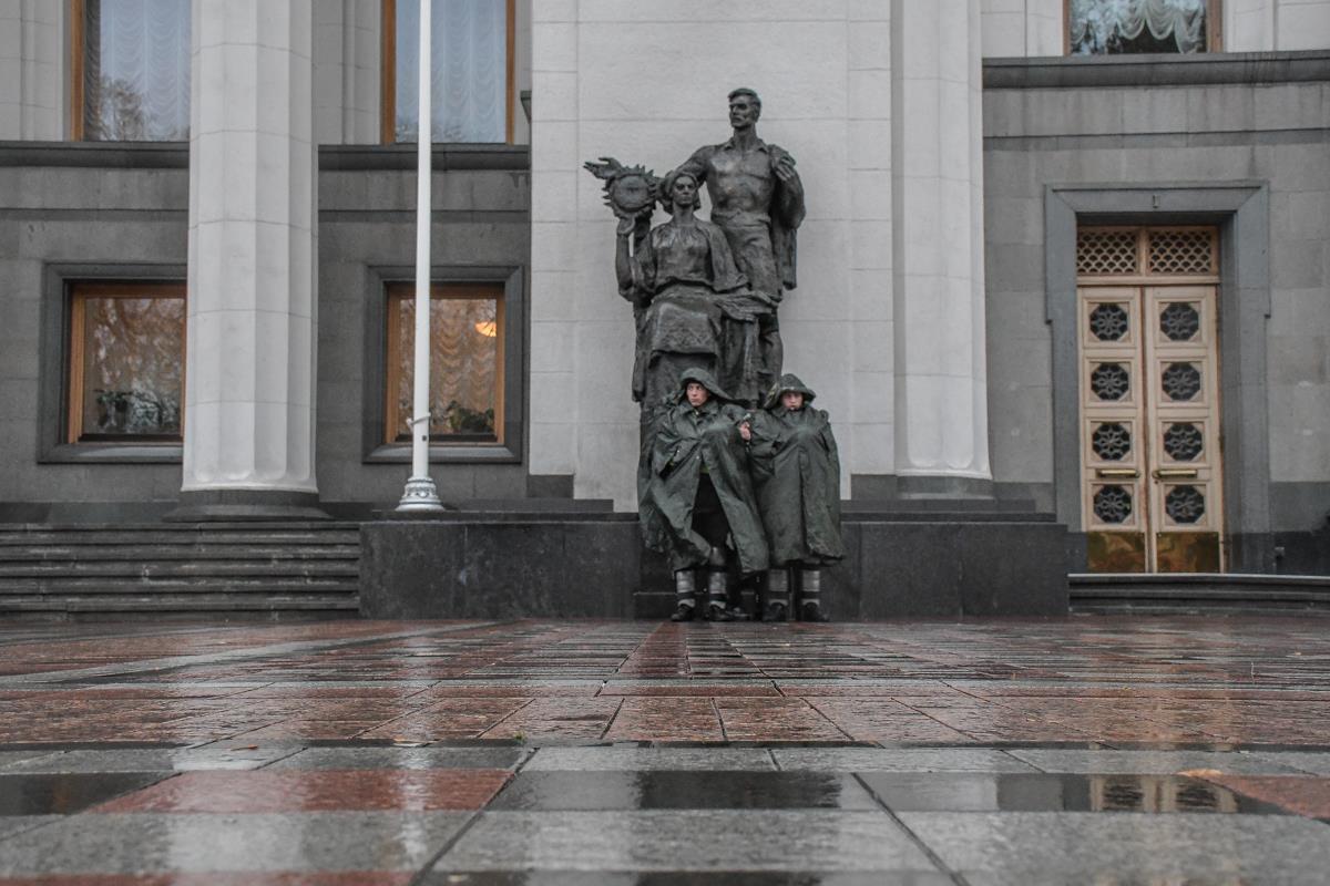 Нацгвардейцы несут службу под зданием Верховной Рады