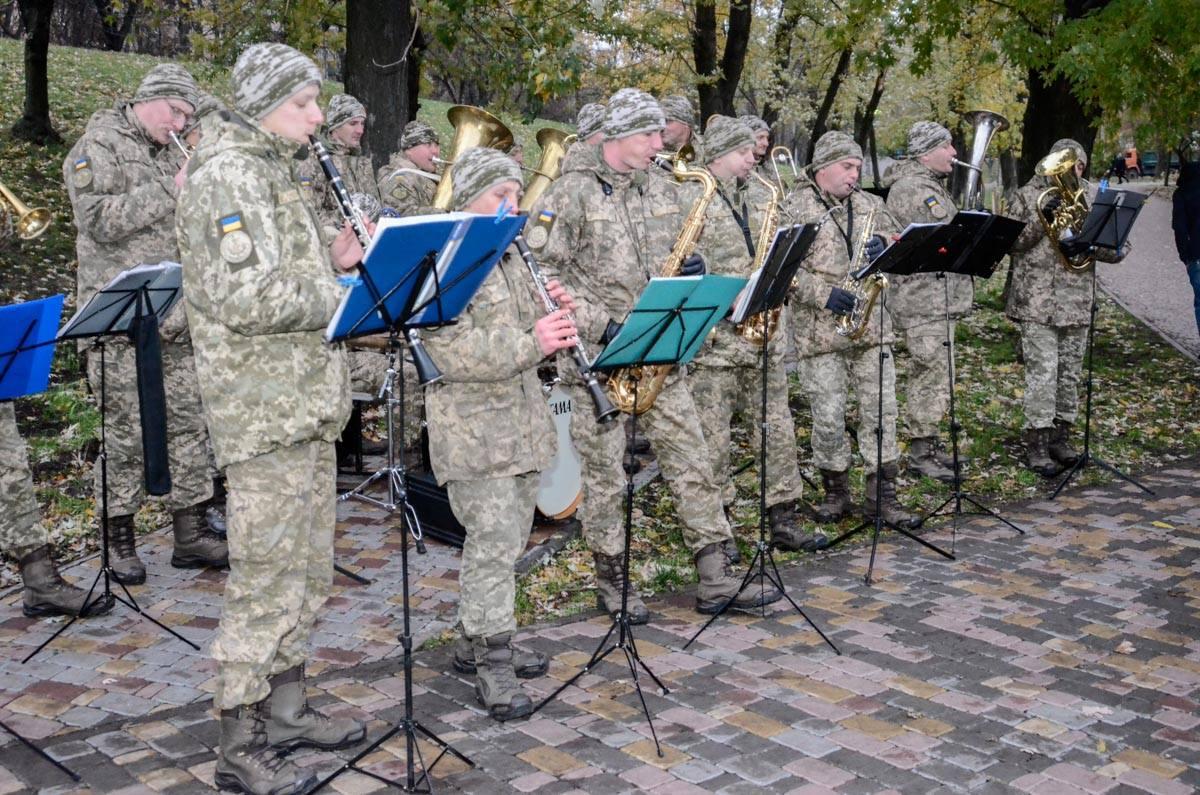 Военный оркестр играл современную музыку