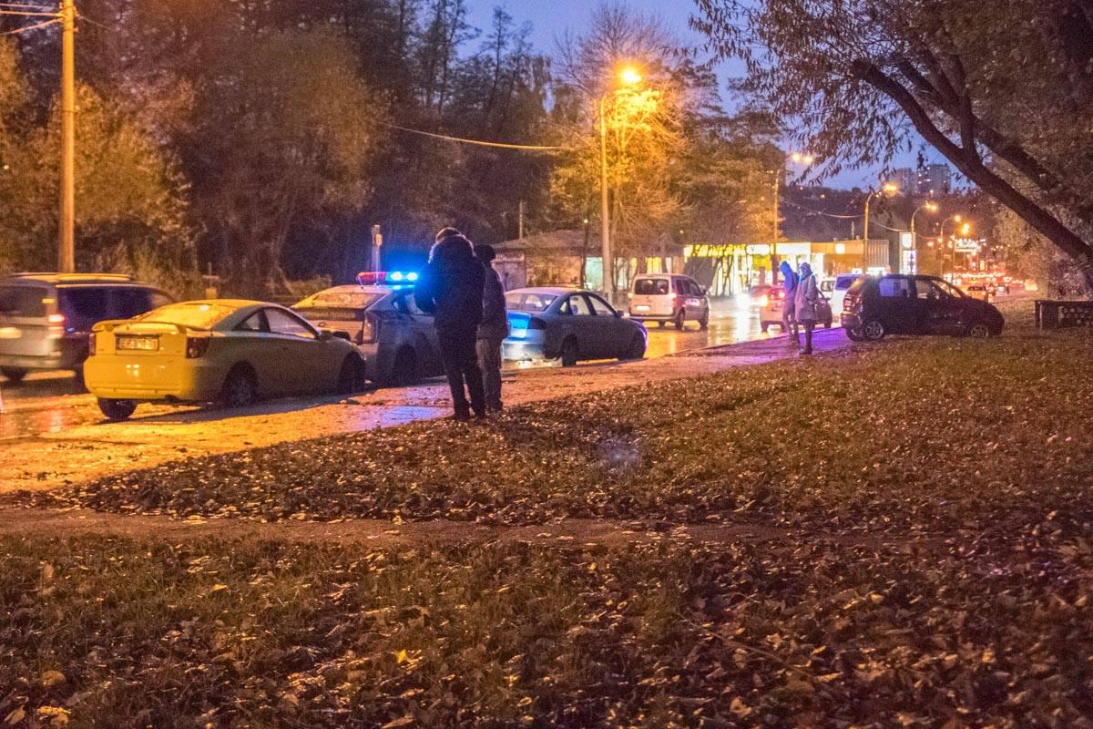 Спорткар влетел в Prius, когда полицейские оформляли ДТП