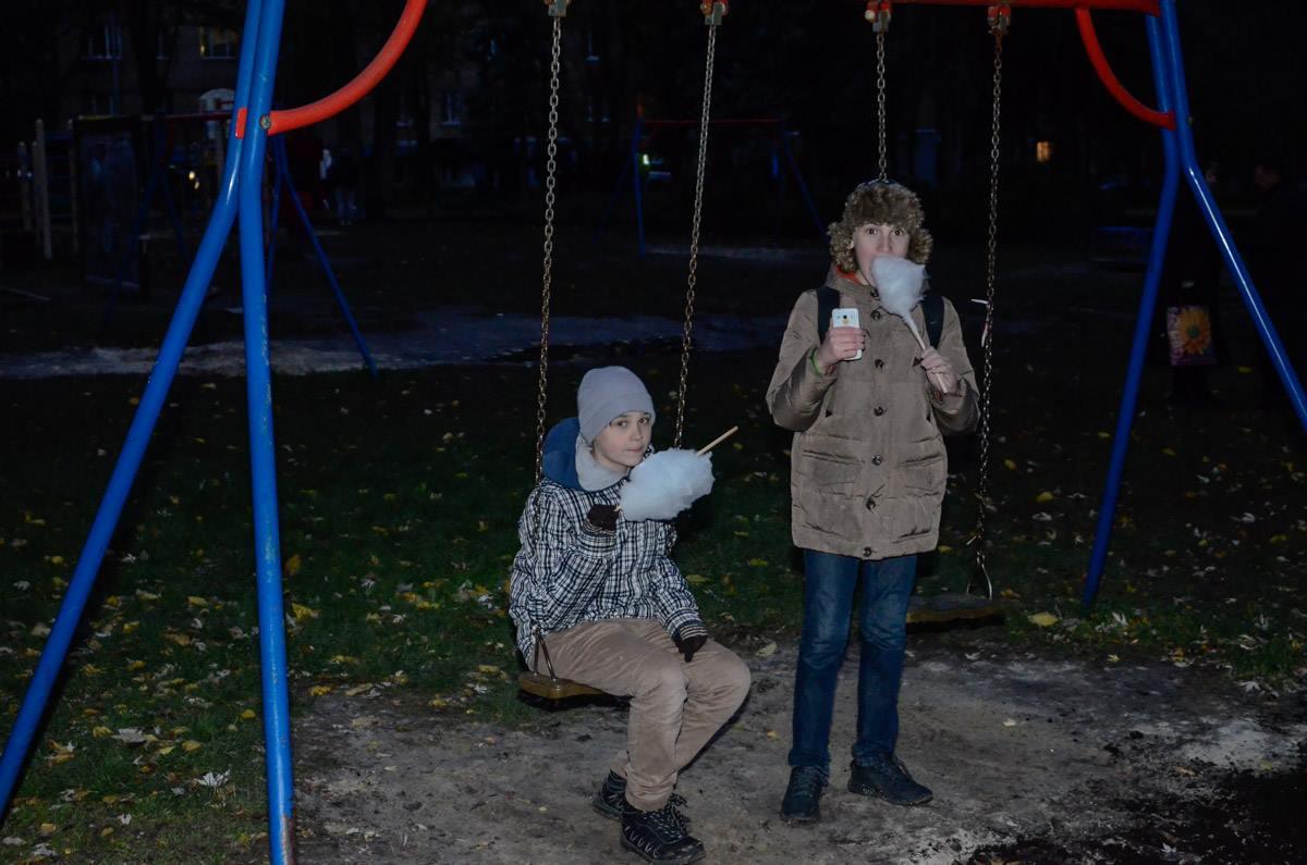 Детей угощали бесплатной сладкой ватой