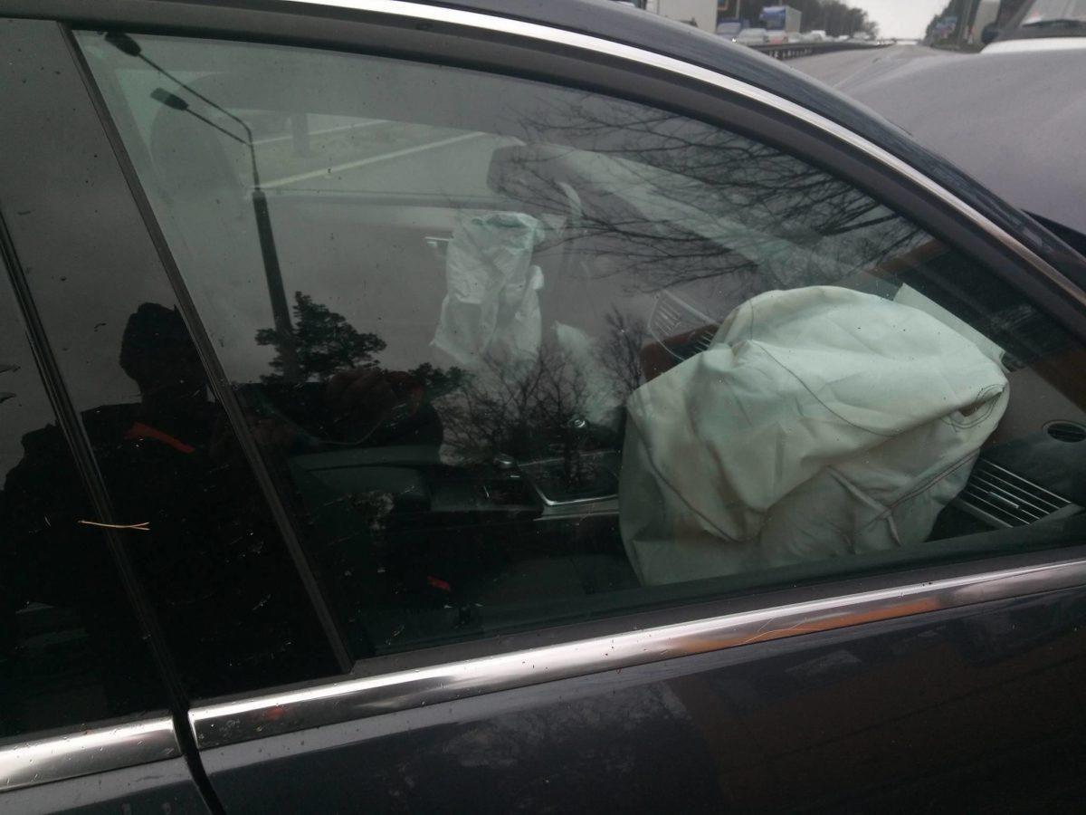 В легковом автомобиле от удара сработала подушка безопасности