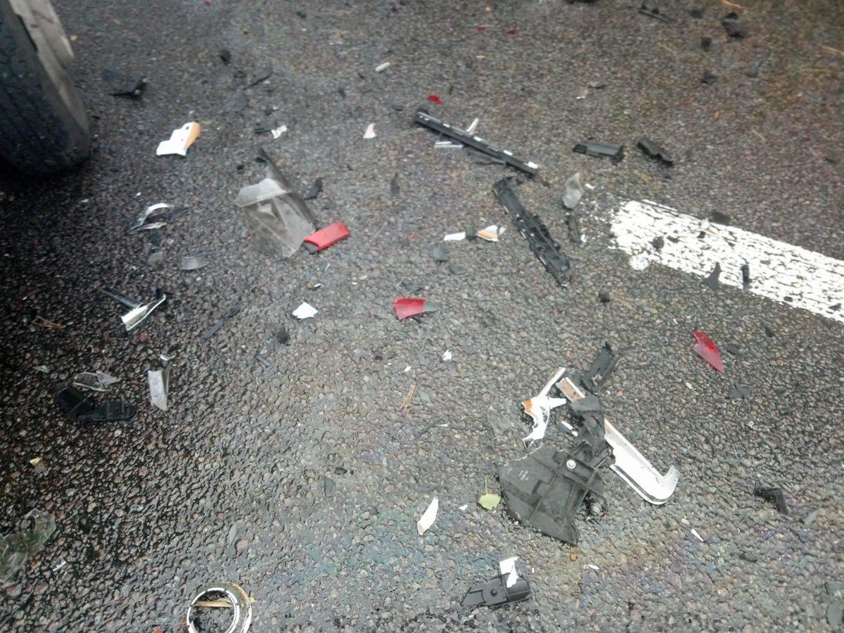 По дороге разбросаны части авто, также из одной из машин вытекло машинное масло
