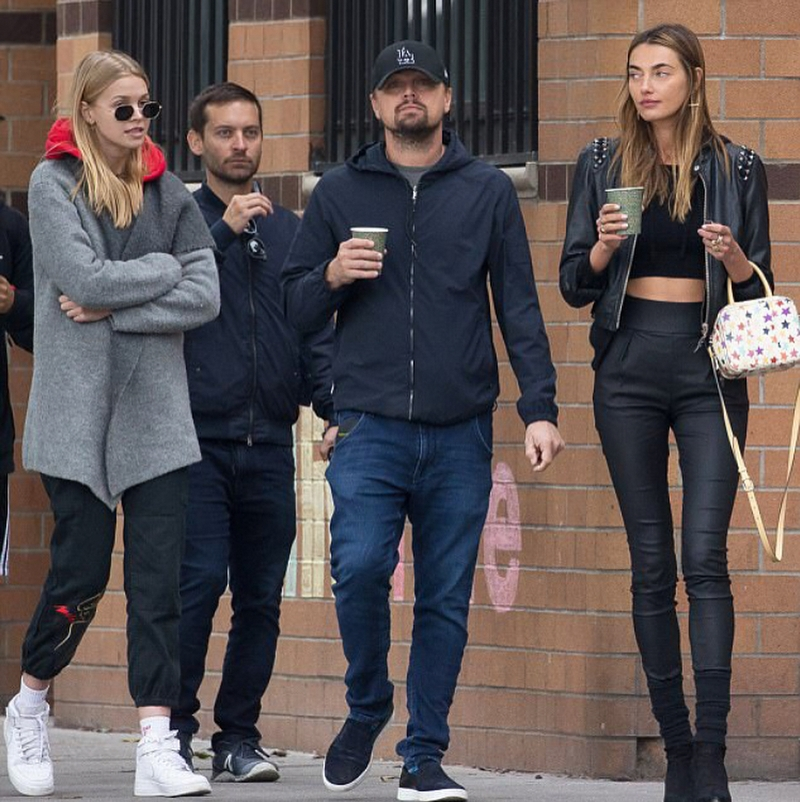 Леонардо Ди Каприо с моделью и друзьями