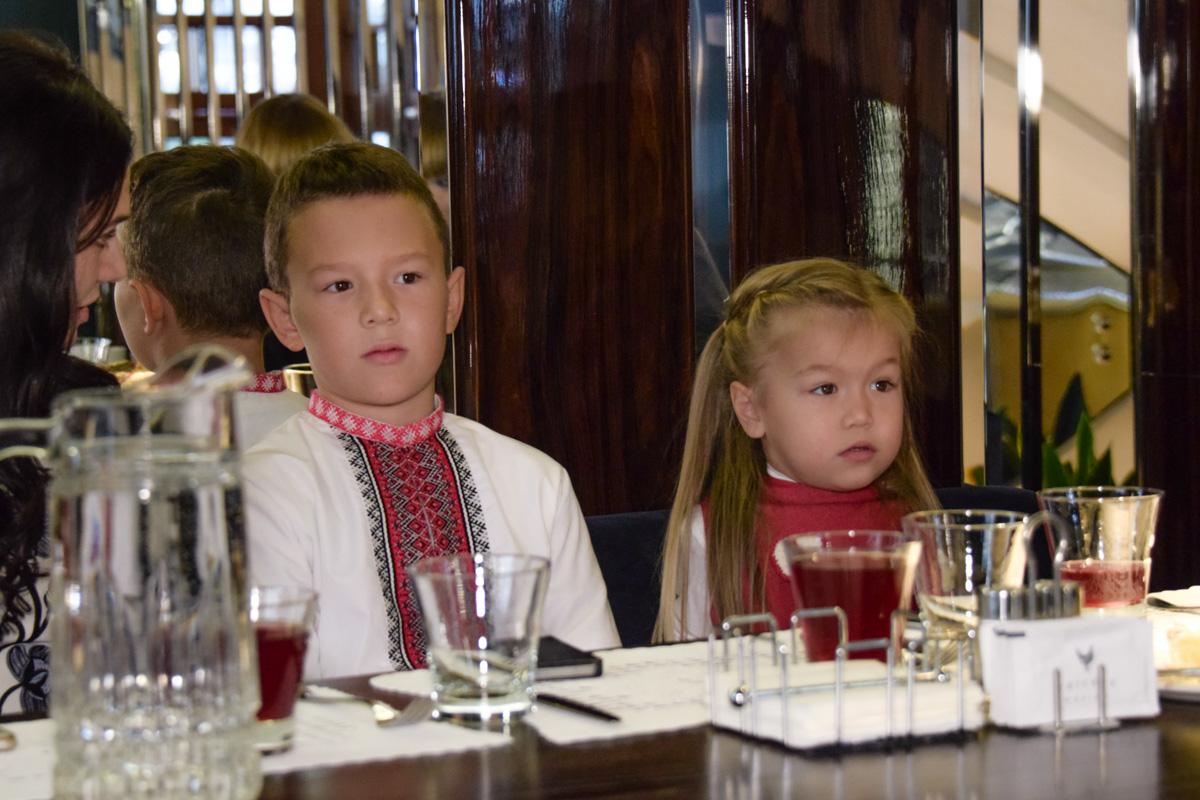 10-летний дизайнер Владимир Коро со своей сестренкой