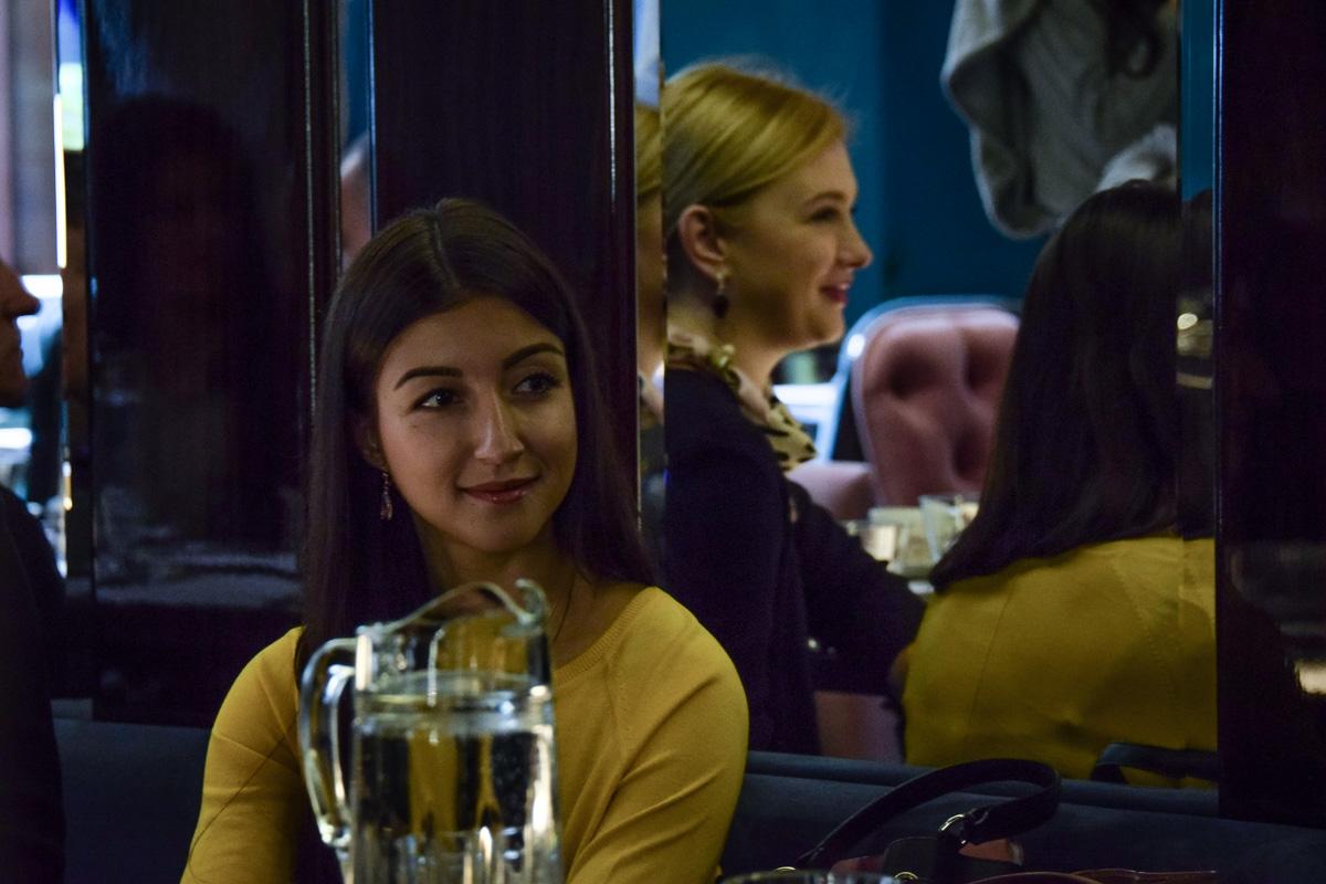 Девушка внимательно слушает Холмана
