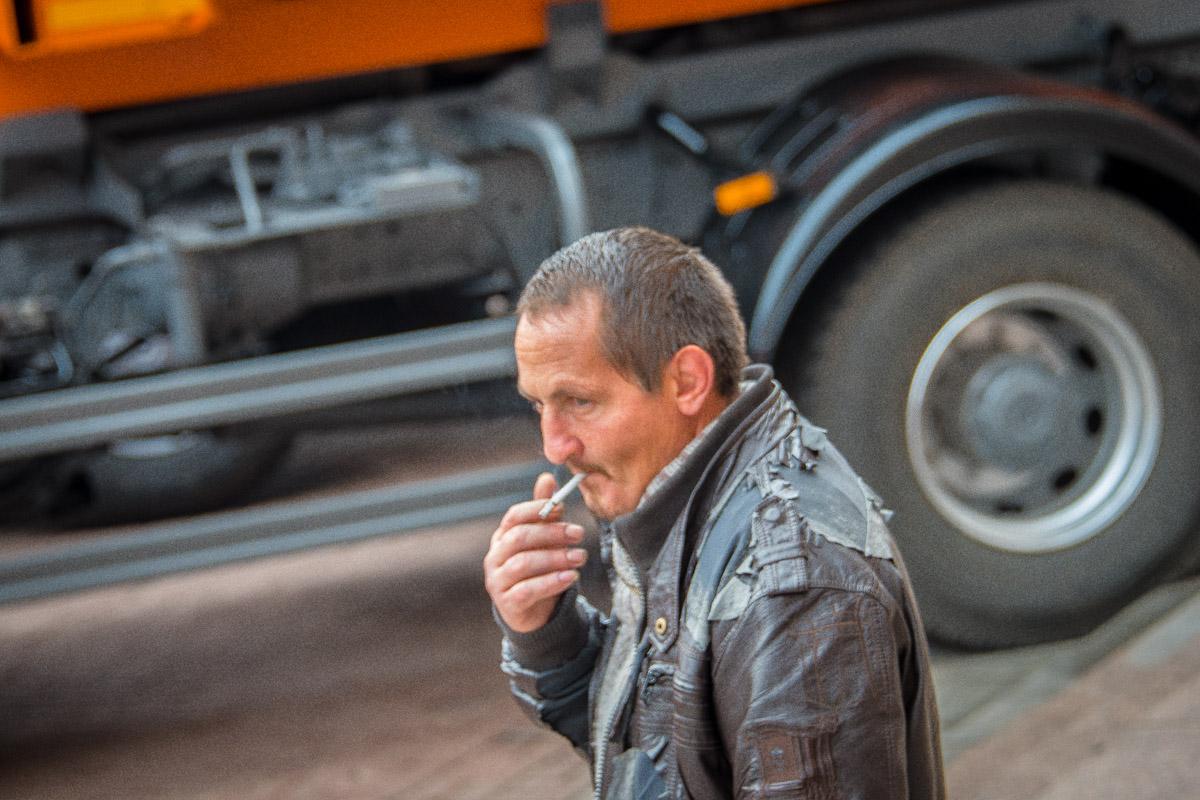 Согласно опросу Киевского международного института социологии только 68% украинцев поддержали запрет на размещение сигарет на открытых полках магазинов.