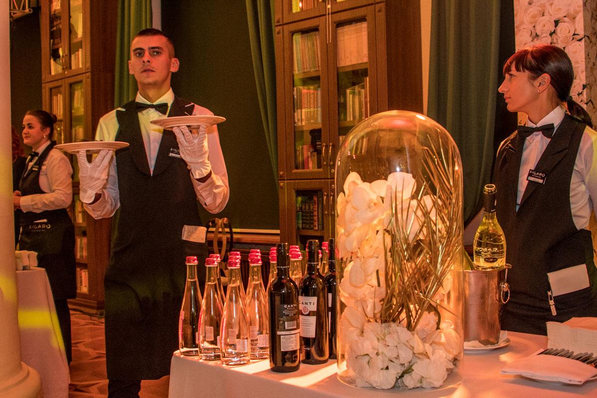 На вечере было много - много шампанского
