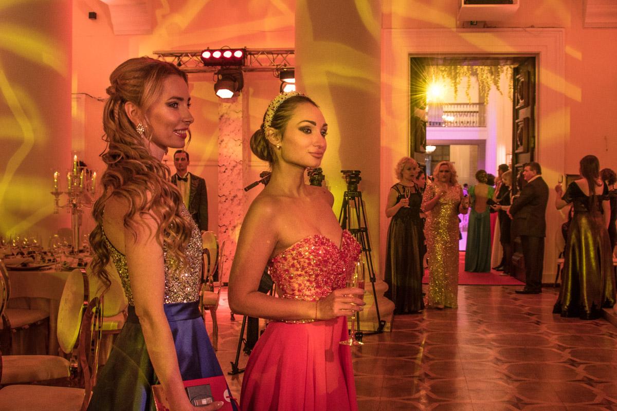 Девушки перед походом на бал успели посетить салон красоты