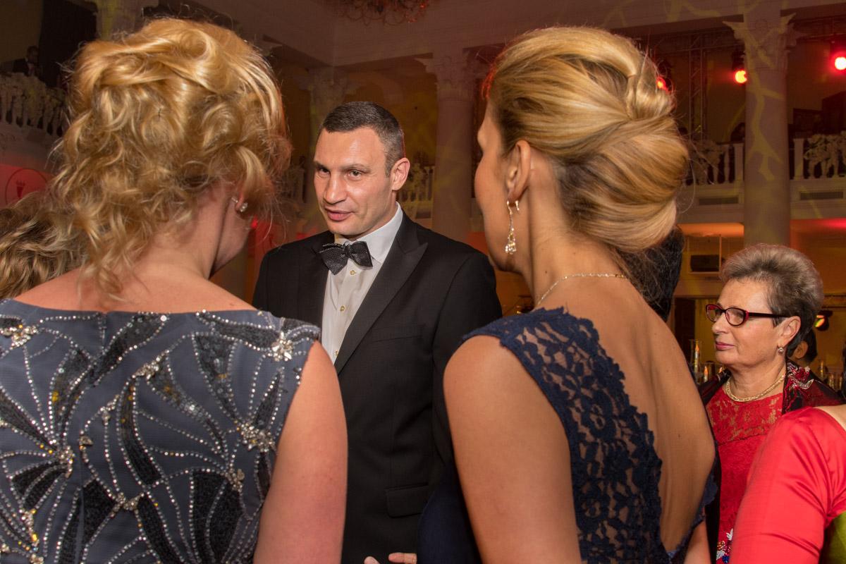 Мэр Киева Виталий Кличко засмущался от изобилия женской красоты