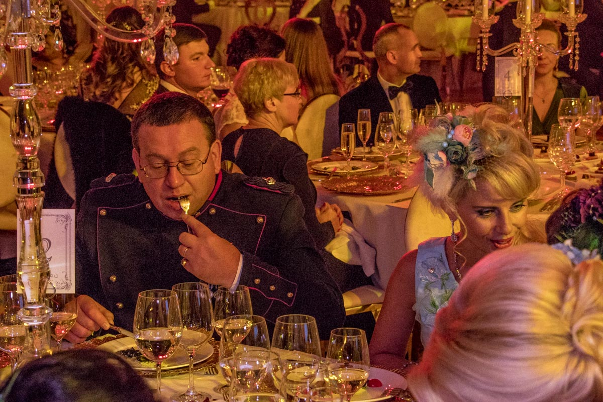 На балу гостей угощали вкусными необычными блюдами