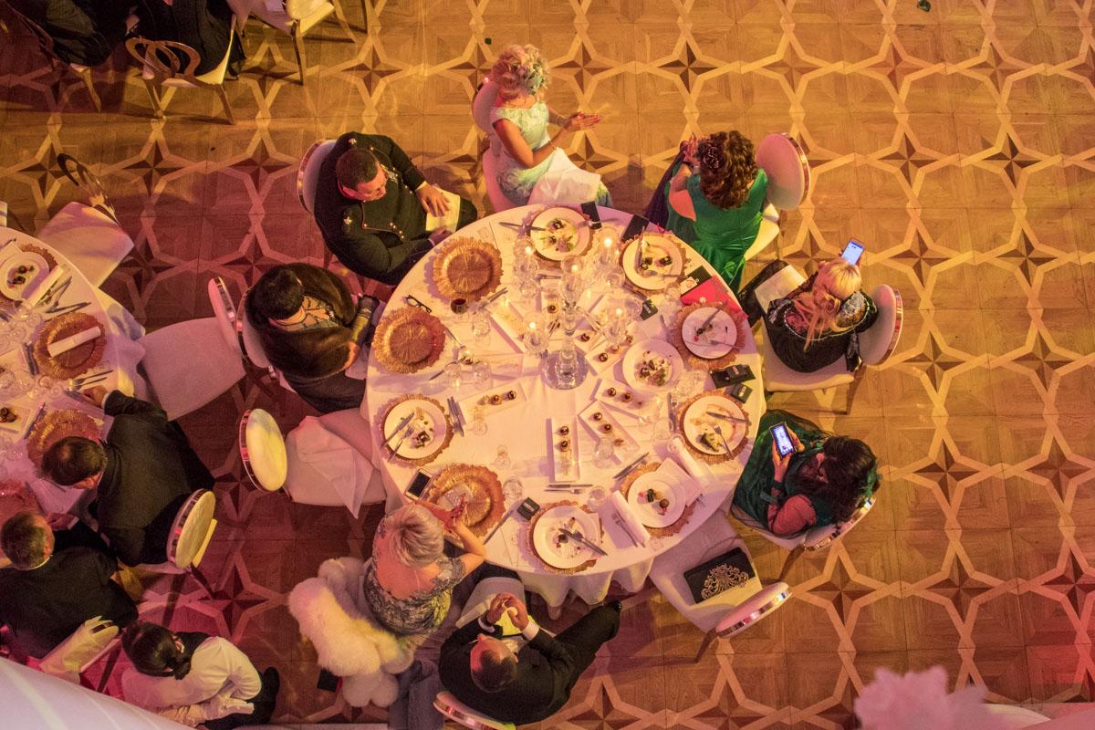 Сервировка столов была в лучших традициях бала