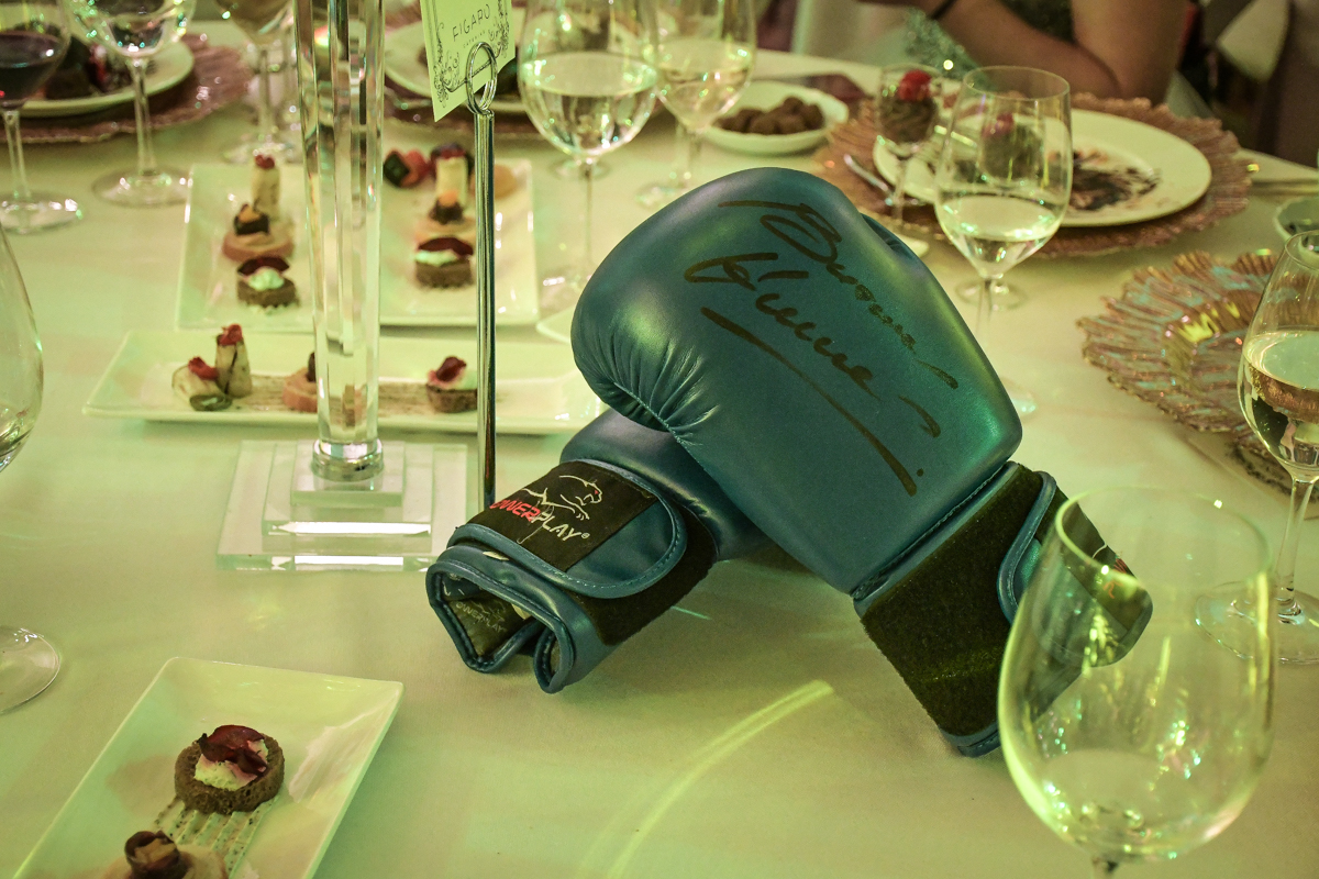 На аукционе с молотка ушли перчатки Виталия Кличко