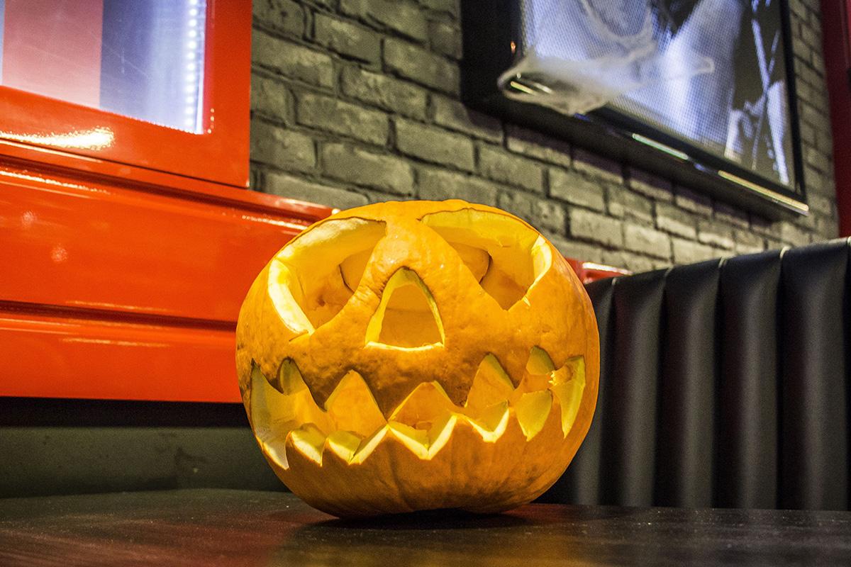 Не забыли, что сегодня Хэллоуин? Страшная тыковка присутствовала на каждом столе