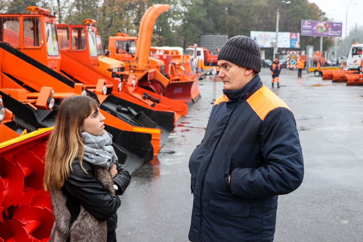 Машинист Павел рассказал, что выставка проходит ежегодно накануне Дня автомобилистов и дорожников